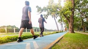 Ruch blured, Tylny widok potomstwa bawi się ludzi biegacz grże up był Zdjęcie Royalty Free