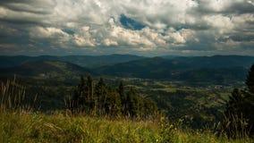 Ruch chmury nad górami, cienie od chmur na górach zdjęcie wideo