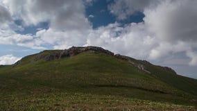 Ruch chmury nad lato skłonami Adygea Bolshoy, formacja i zdjęcie wideo