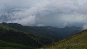 Ruch chmury nad lato skłonami Adygea Bolshoy, formacja i zbiory