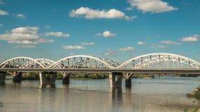Ruch chmury nad mostem wzdłuż którego samochody i pociągi, czasu upływu 4k ładunek elektrostatyczny zdjęcie wideo