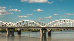 Ruch chmury nad mostem wzdłuż którego samochody i pociągi, czasu upływu 4k panorama zdjęcie wideo