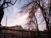 Ruch chmury nad ogrodzenie dla życia w wsi, zbiory wideo
