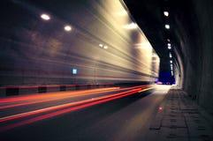 Ruch ciężarówka iść przez tunelu obraz stock
