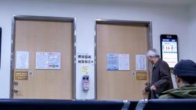 Ruch cierpliwy czekanie dla ich lekarka inside szpitala