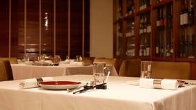Ruch czerwone wino gabinet z szkłami i chopsticks przy stołem zbiory