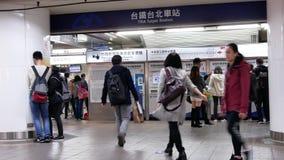 Ruch dojeżdżającego kupienia bilet przy Tra bileta automatem zdjęcie wideo