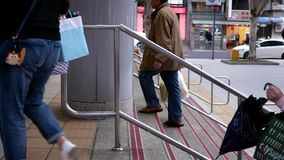Ruch dojeżdżający chodzi na schodku przy MRT wejściem