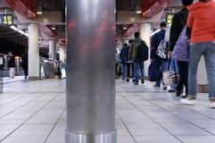 Ruch dojeżdżający dostaje do i z skytrain przy platformą w Taipei Tajwan Fotografia Royalty Free