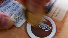 Ruch drapa loteryjnego bilet przy premiową sekcją kobieta zdjęcie wideo