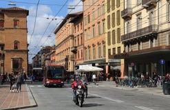 Ruch drogowy along Przez Rizzoli w Bologna, Włochy Obraz Stock