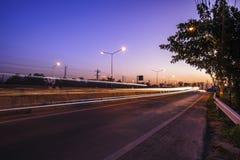 Ruch drogowy autostrady drogowy wieczór po zmierzchu Zdjęcia Stock