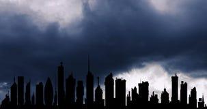 Ruch drogowy chmury w dużym nocy mieście wśród wielo- kondygnacja budynków zbiory