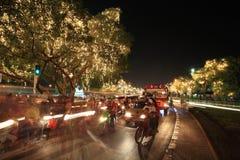 Ruch drogowy dżemu droga z lekką dekoracją na drzewach Obraz Royalty Free