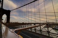 Ruch drogowy krzyżuje most brooklyńskiego w Miasto Nowy Jork Obraz Royalty Free