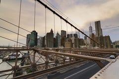 Ruch drogowy krzyżuje most brooklyńskiego w Miasto Nowy Jork Zdjęcia Royalty Free