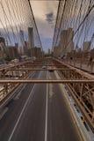 Ruch drogowy krzyżuje most brooklyńskiego w Miasto Nowy Jork Zdjęcie Stock