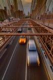 Ruch drogowy krzyżuje most brooklyńskiego w Miasto Nowy Jork Obrazy Stock