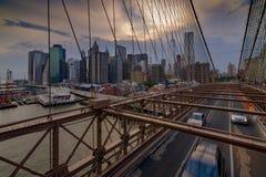 Ruch drogowy krzyżuje most brooklyńskiego w Miasto Nowy Jork Zdjęcie Royalty Free