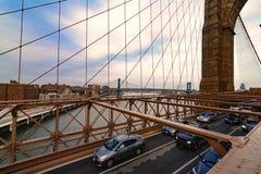 Ruch drogowy krzyżuje most brooklyńskiego w Miasto Nowy Jork Fotografia Stock