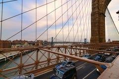 Ruch drogowy krzyżuje most brooklyńskiego w Miasto Nowy Jork Fotografia Royalty Free