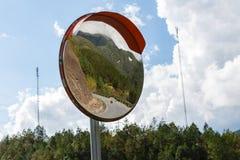 Ruch drogowy krzywy lustro obrazy stock