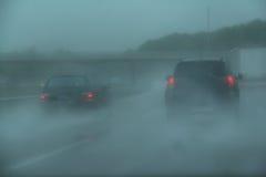 Ruch drogowy na autostrada arainy dniu, Obrazy Stock