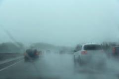Ruch drogowy na autostradzie deszczowy dzień Obrazy Royalty Free