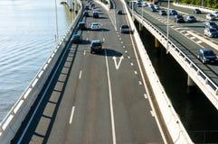 Ruch drogowy na autostradzie przy dniem Obrazy Stock