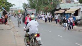 Ruch drogowy na drodze w miasteczku zdjęcie wideo
