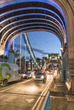 Ruch drogowy na Londyn wierza moscie - Londyński Anglia UK Zdjęcia Stock