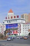 Ruch drogowy na ludziach ` s kwadrata, Changchun, Chiny zdjęcia stock