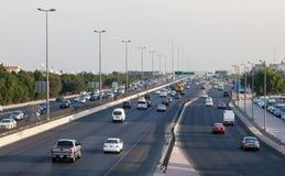 Ruch drogowy na miasto autostradzie w Kuwejt Zdjęcia Royalty Free