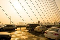 Ruch drogowy na Nanpu moscie w Szanghaj zdjęcia stock