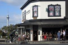 Ruch drogowy na Ponsonby drodze w Auckland Nowa Zelandia zdjęcie royalty free