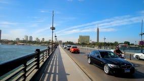 Ruch drogowy na Qasr El zero moscie w Kair zbiory wideo