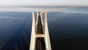 Ruch drogowy na Vasco Da Gama moście nad Tagus przy zmierzchem w Lisbon, Portugalia, widok z lotu ptaka zdjęcia stock