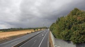 Ruch drogowy na wiejskiej autostradzie przy zmierzchem zbiory wideo