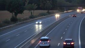 Ruch drogowy na wiejskiej autostradzie przy zmierzchem Noc ruch drogowy na autostrady nr 30 Niemcy zbiory