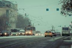 Ruch drogowy na zimy ulicie Obrazy Stock