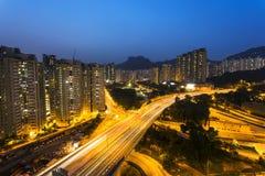 Ruch drogowy pod lew skały wzgórzem w Hong Kong obraz stock