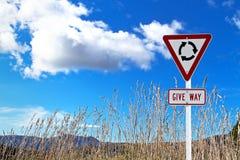 Ruch drogowy podpisuje suchej trawy Obrazy Stock
