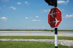 Ruch drogowy podpisuje wewnątrz lotnisko zdjęcie stock