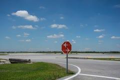 Ruch drogowy podpisuje wewnątrz lotnisko zdjęcie royalty free