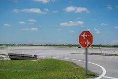 Ruch drogowy podpisuje wewnątrz lotnisko fotografia royalty free