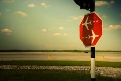 Ruch drogowy podpisuje wewn?trz lotnisko obraz royalty free