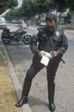 Ruch drogowy policjanta writing bilet, Fotografia Stock