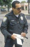 Ruch drogowy policjanta writing bilet, Fotografia Royalty Free