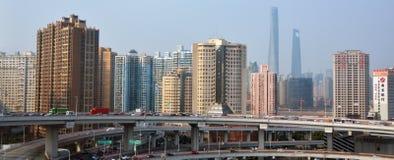 Ruch drogowy przeciw Szanghaj linii horyzontu Chiny obrazy stock