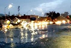 Ruch drogowy przez mokrej przedniej szyby Zdjęcia Royalty Free